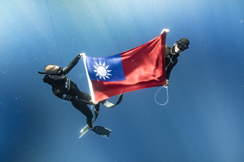 台灣選手赤丸跟陳衍華在地中海升起國旗